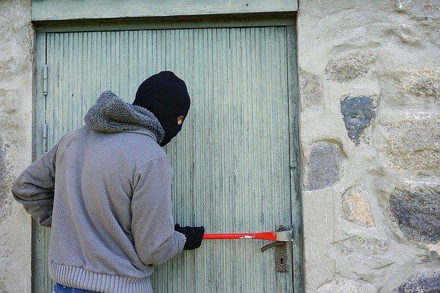 【夢占い】空き巣・泥棒の夢の意味は?空き巣に入られる、盗まれない、追いかける、捕まえる、盗まれる、荒らされる、部屋、戦う、お金、車などまとめ